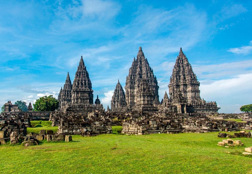 Или отправиться изучать знаменитые храмовые комплексы (Прамбанан на острове Ява)