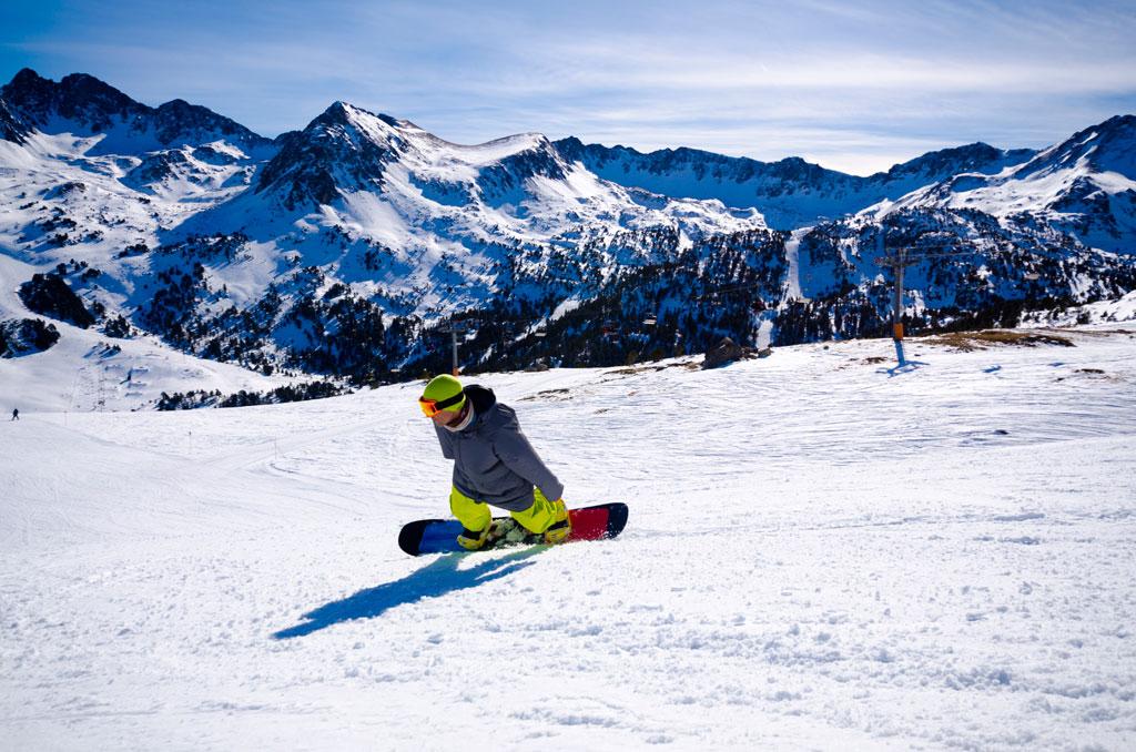 Сноубордист на одной из трасс курорта Грандвалира