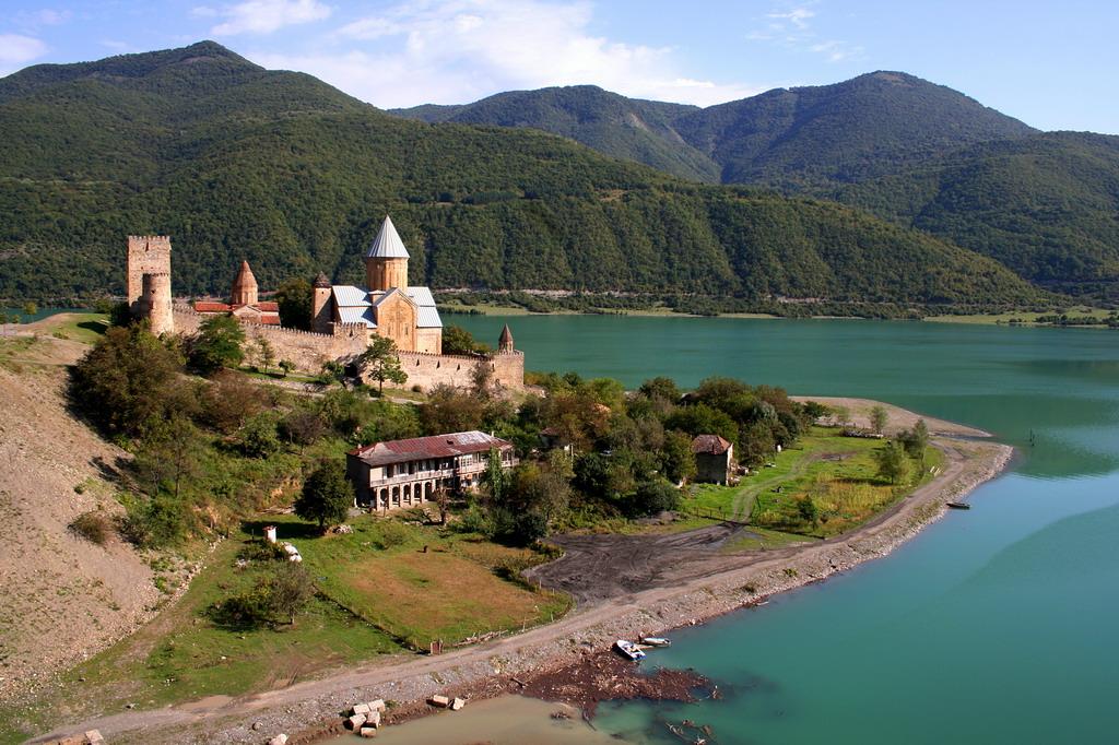 Крепость Ананури недалеко от Тбилиси