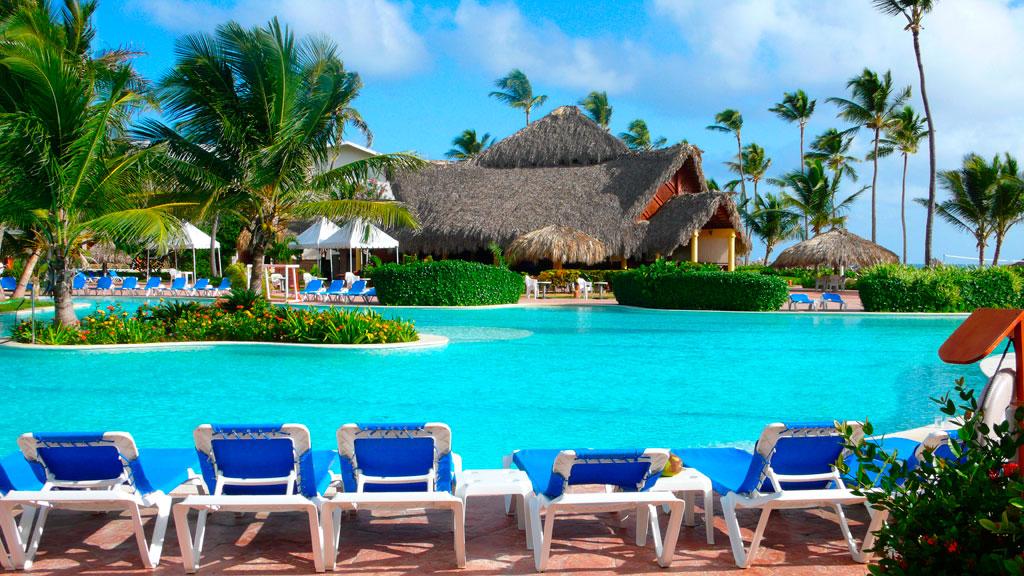 Бассейн и шезлонги для отдыха в одном из отелей Доминиканы